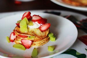 Pancakes rellenos de crema pastelera con fresas y kiwi