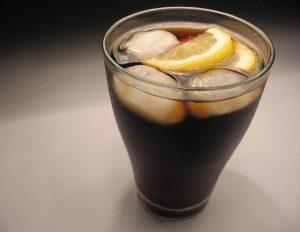 Soda acompañada con cubos de hielo y una rodaja de limón
