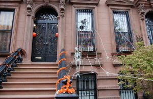 Decoración por Halloween en Edificio de Nueva York