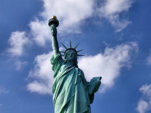 La Estatua de la Libertad, en Liberty Island en el Puerto de Nueva York, es un símbolo mundialmente conocido.
