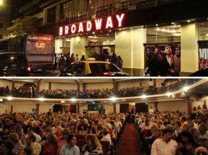 Butacas y exterior de teatro en Brodway